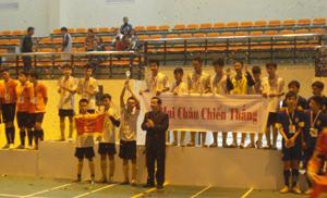 Lãnh đạo Sở GD&ĐT trao cúp cho đội giải nhất nội dung bóng đá THCS.