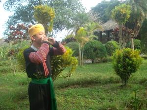 Chàng trai Mường Bùi Văn Định đắm chìm trong giai điệu kèn lá của các chàng trai, cô gái bản Mông.