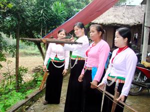 VĐV Bùi Thị Kiên cùng các đồng đội trao đổi kinh nghiệm chuẩn bị tham gia hội xuân Đú Sáng năm 2013.