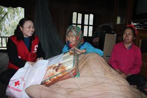 Lãnh đạo Hội CTĐ tỉnh tặng quà, chúc Tết gia đình bà Hà Thị Nhị, xóm Dồ, xã Nam Sơn (Tân Lạc).