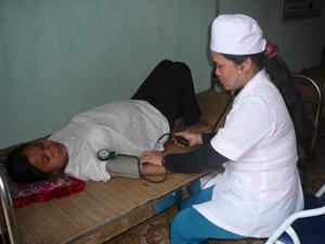 Việc thực hiện KCB BHYT tại tuyến cơ sở góp phần giảm tải cho tuyến trên. Ảnh: Cán bộ trạm y tế xã Phúc Tiến (Kỳ Sơn) chăm sóc sức khỏe cho nhân dân.