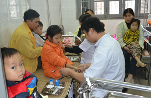 Buồng máu-thận-nội tiết, khoa Nhi (Bệnh viện đa khoa tỉnh) chật kín bệnh nhi mắc bệnh thalassemia chờ được truyền máu.