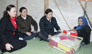 Đồng chí Bùi Văn Cửu, Phó Chủ tịch TT UBND tỉnh tặng quà cho gia đình bà Đinh Thị Điểm (87 tuổi), xóm Tân Lý, xã Hào Lý.