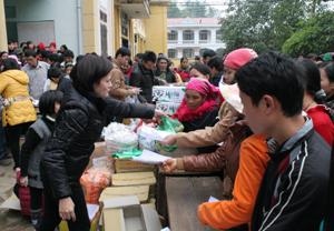 Tặng quà người nghèo xã Tân Pheo (Đà Bắc).