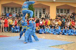 Các môn sinh CLB Vovinam Hòa Bình biểu diễn tiết mục tứ đấu tay không.