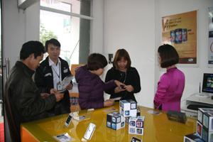 Khách hàng đến mua điện thoại tại của hàng SmartPhone của Chi nhánh Viettel Hòa Bình tại tổ 13, đại lộ Thịnh Lang (TP Hòa Bình).
