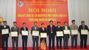 Đồng chí Đinh Văn Hoà, Giám đốc Sở TN&MT trao tặng Giấy khen của Sở TN&MT cho các tập thể có thành tích xuất sắc trong thực hiện nhiệm vụ năm 2012.
