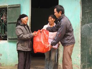 Đồng chí Bí thư Đoàn phường Chăm Mát tặng quà Tết cho hộ gia đình khó khăn trên địa bàn.