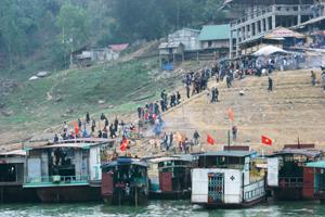 Đền bờ trên vùng hồ Hòa Bình, điểm đến hấp dẫn của du khách trong nước và nước ngoài.