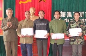 Lãnh đạo Hội NNCĐ DC huyện tặng quà Tết cho các hộ hội viên tại xã Tân Thành.