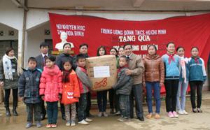 Đồng chí Quách Thế Tản, Chủ tịch Hội Khuyến học tỉnh trao quà cho học sinh trường tiểu học, THCS xã Noong Luông (Mai Châu).