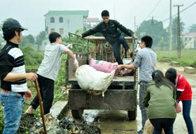 ĐVTN tham gia thu dọn rác thải trên địa bàn xã Hạ Bì.