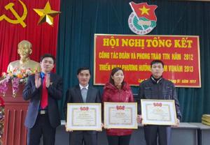Lãnh đạo Tỉnh đoàn trao bằng khen của T.Ư Đoàn cho các tập thể, cá nhân xuất sắc.