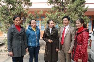 Lãnh đạo Trung tâm DS-KHHGĐ huyện Yên Thủy trao đổi nghiệp vụ với cán bộ chuyên trách, CTV dân số trên địa bàn.