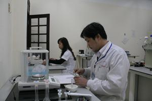 Cán bộ Trung tâm Kiểm nghiệm thuốc, mỹ phẩm, thực phẩm tỉnh kiểm tra chất lượng mẫu thuốc tân dược.