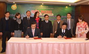 Đại diện Sở NN&PTNT tỉnh ta và TP Hà Nội ký kết bản thỏa thuận.