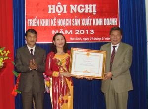 Đồng chí Hoàng Việt Cường, Bí thư Tỉnh uỷ trao Bằng khen của Thủ tướng Chính phủ cho cơ quan Bưu điện tỉnh.