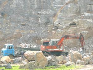 Công ty cổ phần xi măng X18 khai thác đá làm nguyên liệu sản xuất xi măng tại điểm mỏ xã Ngọc Lương (Yên Thủy).