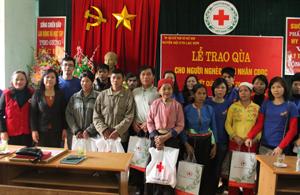 Lãnh đạo Ban Dân vận Tỉnh ủy, Hội CTĐ tỉnh và đơn vị tài trợ tặng quà cho các hộ nghèo tại xã Tuân Đạo.