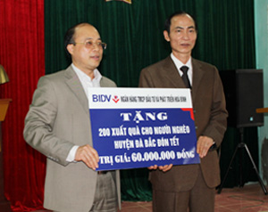 Lãnh đạo BIDV Chi nhánh Hòa Bình tặng 200 suất quà cho người dân huyện Đà Bắc.