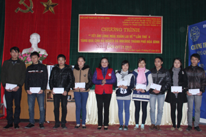 Lãnh đạo Hội CTĐ tỉnh trao quà Tết cho các hộ nghèo và NNCĐDC thành phố Hòa Bình.