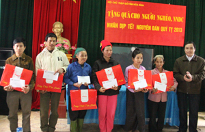 Các hộ nghèo, NKT, NNCĐ da cam huyện Đà Bắc nhận quà Tết của các cấp Hội CTĐ trong tỉnh.