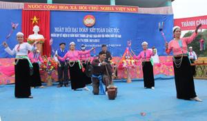 Nhân dân xóm Đổn, xã Văn Nghĩa (Lạc Sơn)  múa hát trong Ngày hội đại đoàn kết toàn dân tộc năm 2012.