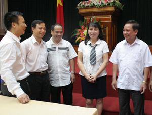 Đồng chí Bùi Văn Tỉnh, UVT.Ư Đảng, Chủ tịch UBND tỉnh tiếp xúc với các doanh nghiệp tại hội nghị bàn giải pháp tháo gỡ khó khăn cho SX-KD năm 2012. (Ảnh: Lê Chung)