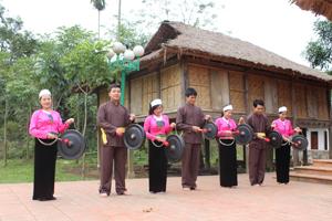 Đội văn nghệ xóm ải, xã Phong Phú (Tân Lạc) tạo ấn tượng tốt với màn cồng chiêng đón khách về khám phá vùng đất cổ Mường Bi.