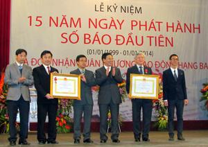 Báo Kinh tế & Đô thị đón nhận Huân chương Lao động hạng ba.