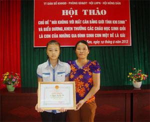 Cháu Nguyễn Thị Yến Nhi (con gái chị Hương) được nhận giấy khen của UBND huyện Kỳ Sơn vì đã có thành tích xuất sắc trong học tập.