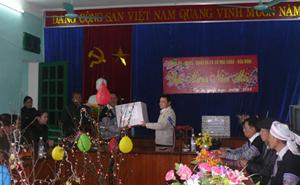 Đồng chí Nguyễn Tiến Sinh, Phó Trường đoàn ĐBQH tỉnh tặng quà xã Pà Cò.
