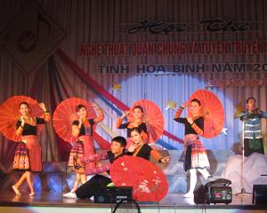 Các đội nghệ thuật quần chúng trong tỉnh ngày càng chuyên nghiệp hoá về nội dung và chất lượng nghệ thuật. Ảnh: Tiết mục biểu diễn của đoàn Mai Châu tại hội diễn NTQC về tuyên truyền cổ động tỉnh năm 2013.