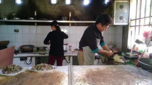 Một quán ăn ở thị trấn Vụ Bản (Lạc Sơn) chưa thực hiện tốt các tiêu chuẩn về môi trường, vệ sinh trong chế biến thực phẩm.