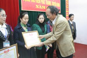 Lãnh đạo Đài PT-TH tỉnh trao giấy khen cho 6 tập thể tích cực cộng tác tuyên truyền trên sóng PT-TH tỉnh năm 2013.