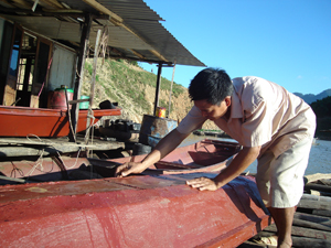 Người dân ở xã Tiền Phong (Đà Bắc) mở xưởng đóng tàu, phục vụ nhu cầu vận chuyển hàng hóa, đánh bắt thủy sản trên hồ Hòa Bình.