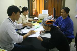 Cán bộ Bưu cục Tân Thịnh chi trả trợ cấp xã hội thường xuyên cho các đối tượng trên địa bàn.