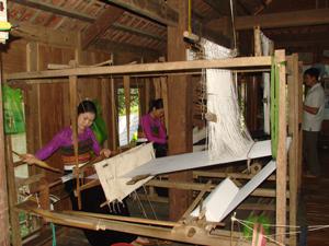Nhiều xóm, bản văn hóa ở xã Chiềng Châu (Mai Châu) phát triển nghề dệt thổ cẩm gắn với phát triển du lịch cộng đồng được chú trọng.