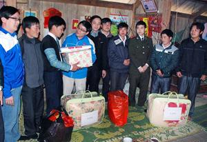 Đoàn tình nguyện tặng quà cho hộ gia đình chính sách và đoàn viên nghèo.