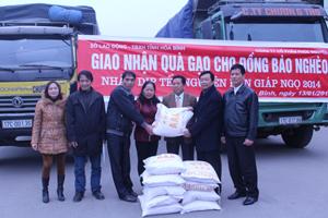 Lãnh đạo Sở LĐ-TB&XH và đại diện Công ty CP Phúc Nguyên trao quà gạo cho huyện Đà Bắc.