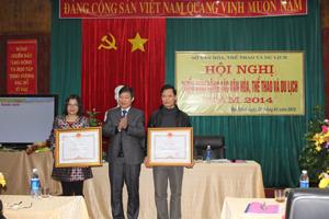Thừa uỷ quyền, đồng chí Bùi Văn Cửu, Phó Chủ tịch UBND tỉnh trao bằng khen của Thủ tướng Chính phủ cho các cá nhân đã có thành tích trong công tác từ năm 2008 – 2012.