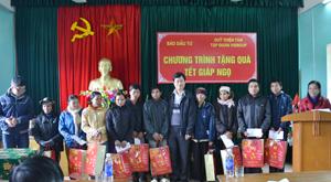 Đại diện Quỹ Thiện Tâm và Báo Đầu tư tặng quà cho hộ nghèo xã Lạc Sỹ.