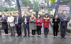Lãnh đạo đoàn công tác của tỉnh thắp hương viếng Nghĩa trang liệt sỹ tỉnh Quảng Trị.