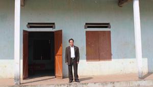 Trưởng xóm Bùi Trung Trực bên nhà văn hóa xóm Yên Bình được hoàn thành vào năm 2008 với tổng mức đầu tư trên 50 triệu đồng.