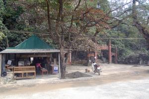 Quán nước do gia đình bà Đoàn Thị Thủy tại chân chùa Hang vẫn ngang nhiên hoạt động mặc dù chính quyền xã đã ra thông báo di dời.