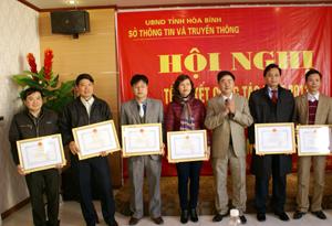 Đại diện lãnh đạo Sở TT&TT trao giấy khen cho các tập thể có thành tích xuất sắc.