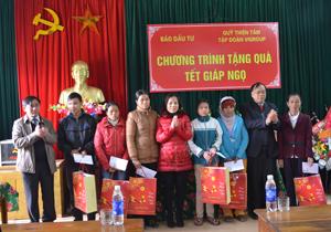 Nhằm hỗ trợ hộ nghèo ăn Tết, Sở KH&ĐT đã phối hợp với Sở LĐ – TB&XH và UBND huyện Yên Thuỷ tặng nhiều phần quà ý nghĩa cho hộ nghèo xã Đa Phúc (Yên Thuỷ).