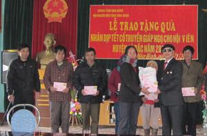 Đồng chí Chủ tịch Hội Người mù tỉnh tặng quà cho các hội viên nghèo xã Tu Lý (Đà Bắc).