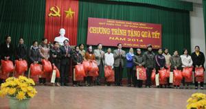 Lãnh đạo Sở LĐ-TB&XH, UBND thành phố Hoà Bình và đại diện Quỹ Thiện Tâm tặng quà cho các hộ nghèo trên địa bàn thành phố.
