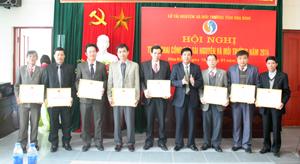 Đồng chí Đinh Văn Hoà, Giám đốc Sở TN&MT trao giấy khen cho các tập thể, cá nhân hoàn thành nhiệm vụ năm 2013.